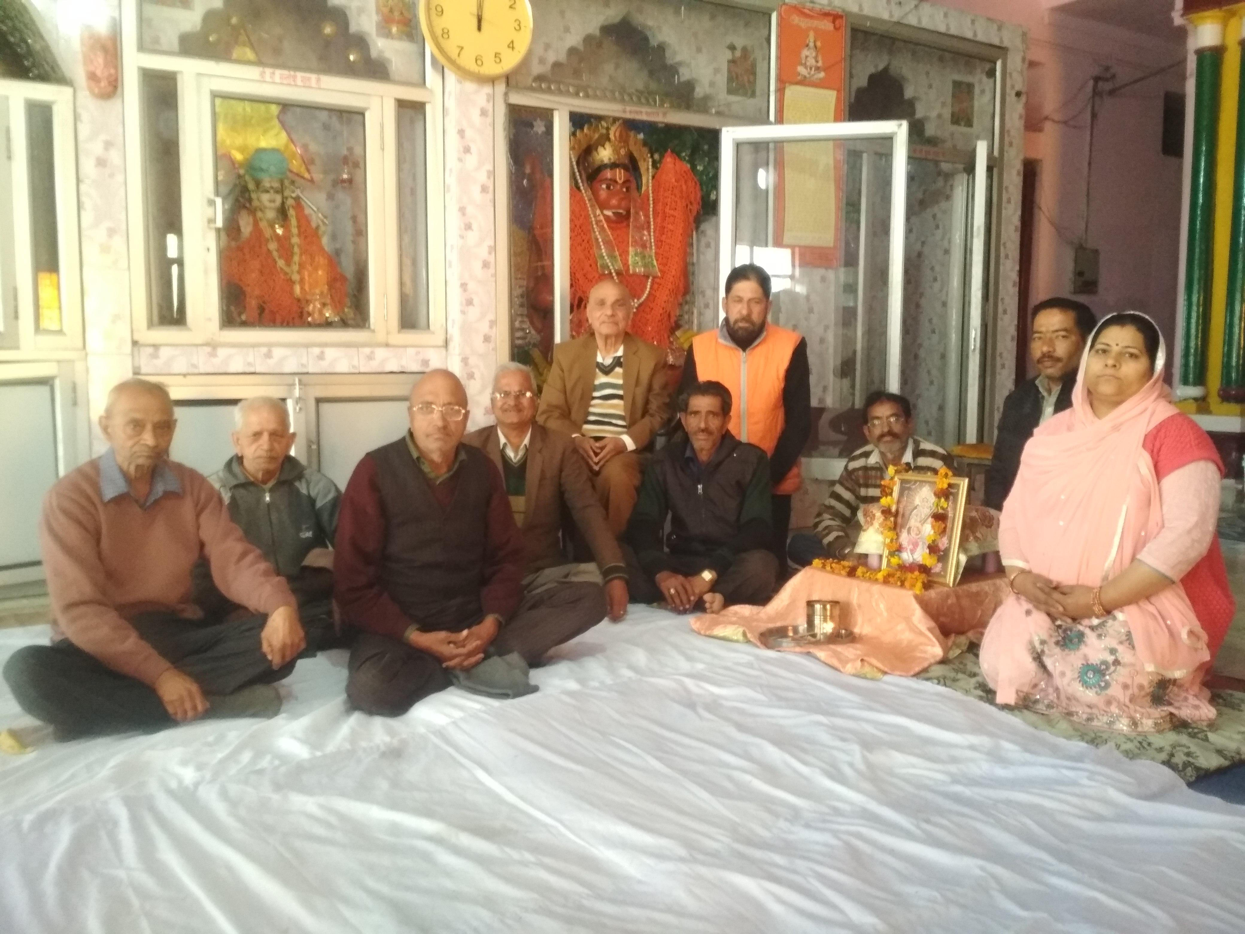 """""""हरियाणा ब्राह्मण परिसंघ की बैठक श्री बांके बिहारी मंदिर यमुनानगर में संपन्न"""" संस्थापक श्री पुरुषोत्तम दास कौशिश ने बैठक में कहा कि परिसंघ का उद्देश्य लोगों में परस्पर भाईचारा व समाज में एकता की भावना के लिए कार्य करना है। बैठक में उपस्थित सदस्य जय भगवान शर्मा ने कहा कि हिंदू संस्कृति सभी वर्गों को साथ लेकर व साथ मिलकर कार्य करने की है। इसलिए भगवान परशुराम परिवार चाहता है कि हम सभी आपस में एक-दूसरे का आदर करें। मौके पर मौजूद सुभाष शर्मा ने बताया कि सभी सदस्य भगवान परशुराम जी और परिसंघ के उद्देश्यों पर ही चल रहे हैं और हमेें दूसरों को भी ऐसा करने के लिए प्रेरित करते हुए अपना संगठन मजबूत बनाना चाहिए। स्वाति शर्मा ने बताया कि मंदिर में इसी माह की 18 तारीख को अम्मा भगवान का सायं ३ से ५ बजे तक कीर्तन होगा।"""