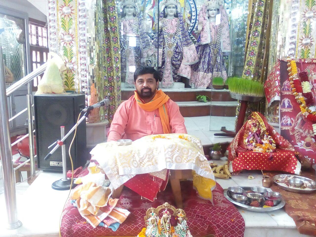 यमुनानगर के श्रीलालद्वारा मंदिर में श्रद्धालुओं को कथा श्रवण करवाते पंडित गोपाल राज।
