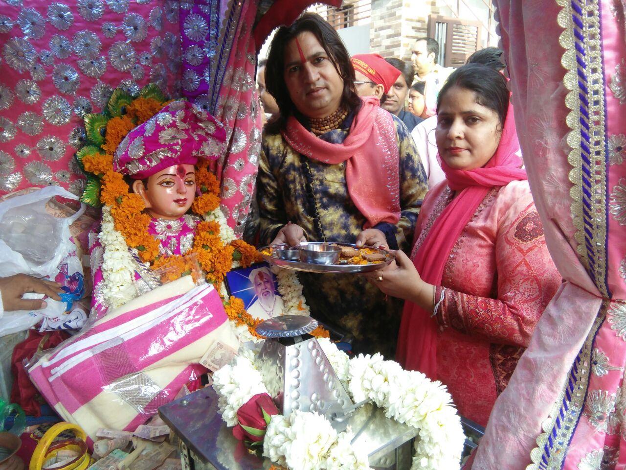 यमुनानगर के जगाधरी वर्कशाप में बाबा लालजी के स्वरूप की पूजा अर्चना करते स्वामी रामजी दास।