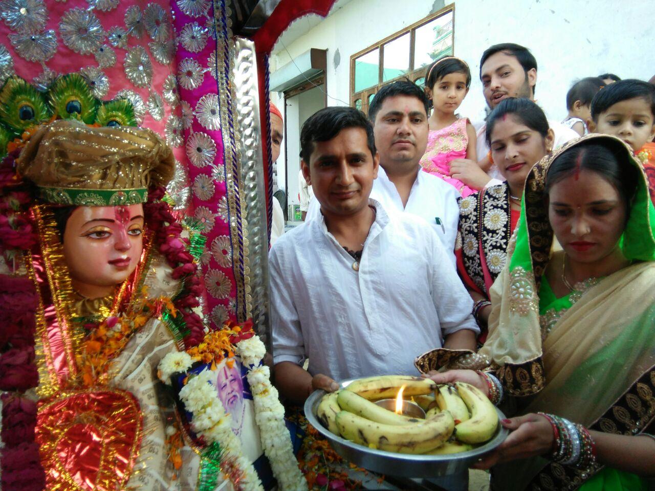 यमुनानगर में बाबा लाल जी के स्वरूप की पूजा अर्चना करते पंडित आर्दश शर्मा।