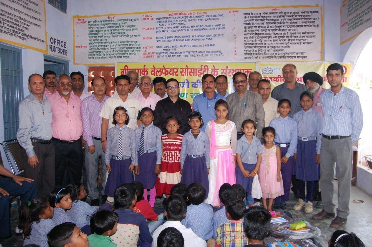 Yamunanagar के राजकीय प्राथमिक पाठशाला रामपुरा में आयोजित प्रतिभा पुरस्कार वितरण समारोह में पुरस्कार प्रयाप्त करने वाले बच्चें मुख्य अतिथि ।