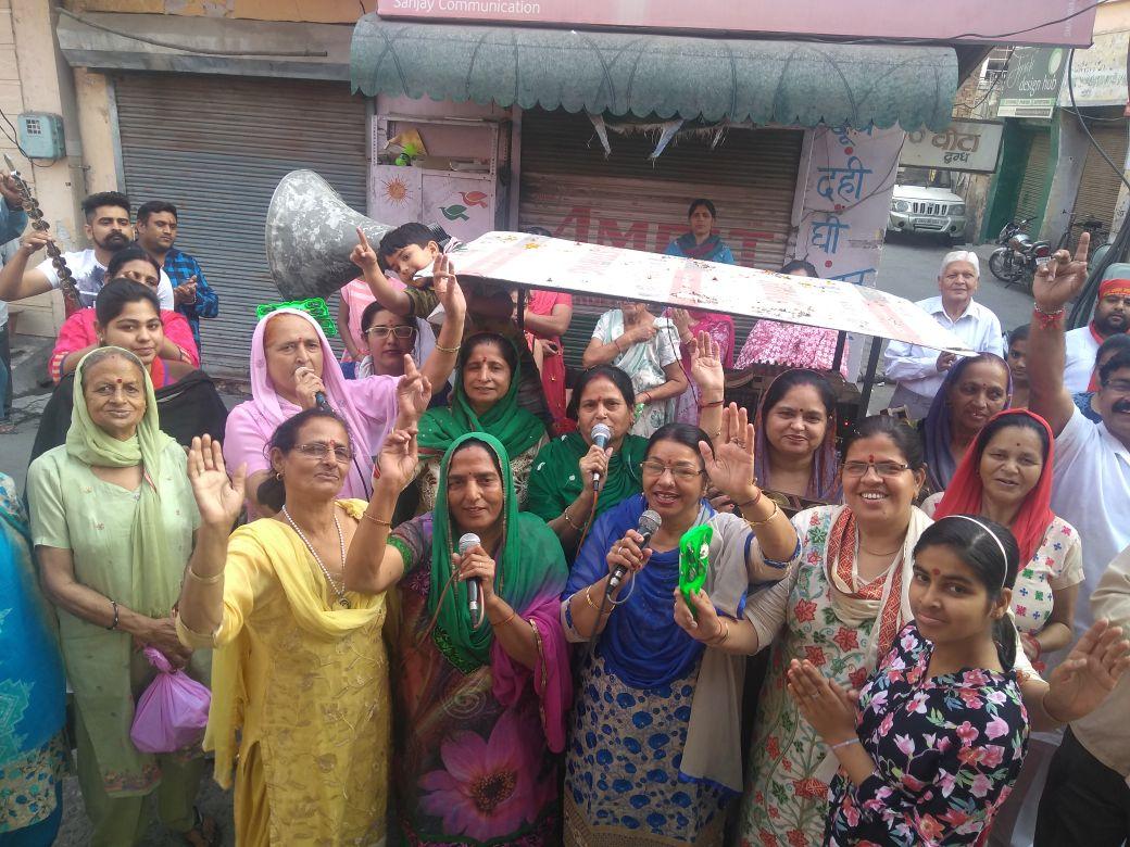 Yamunanagar में श्री लालद्वारा प्रबंधक कमेटी के बैनर तले निकाली जा रही प्रभात फेरी में झूमती महिला श्रद्धालु ।
