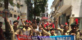 रैली निकालकर लोगों को स्वच्छा के प्रति जागरूक करते स्वयंसेवक