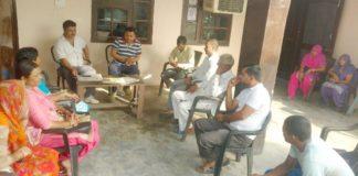 रादौर के गांव बरहेडी में नगरानी कमेटी के सदस्यों से बातचीत करते बलिन्द्र काटारिया व अन्य।