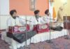 शहीदी दिवस पर गुरुद्वारा सिंहसभा में कीर्तन करता रागी जत्था वलंगर में प्रसाद ग्रहण करते श्रद्धालु।