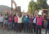 रादौर में अवैध तरीके से किए गए रेत स्टाक को लेकर रोष प्रदर्शन करते लोग