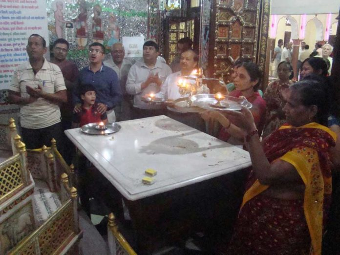 श्री महावीर दिगंबर जैन मंदिर आरती करते अतिथि