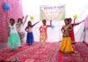 ब्रिज ऑफ होप की ओर से आयोजित कार्यक्रम में प्रस्तुति देते बच्चे।