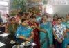 भगवान श्री पाश्र्व नाथ दिगंबर जैन मंदिर में आरती करते श्रद्धालु....