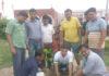 इंकलाब मंदिर गुमथला में पौधारोपण करते ग्रामीण।