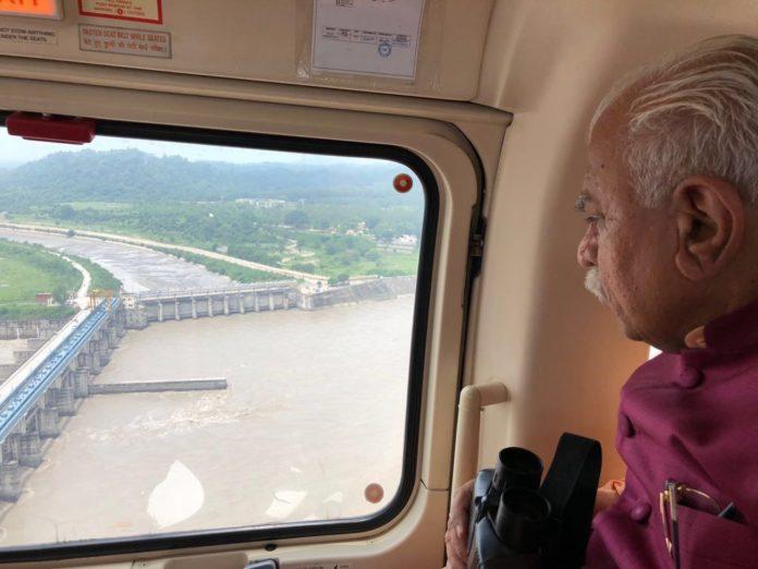 हथनीकुंड बैराज और आसपास के इलाको का हवाई सर्वेक्षण कर बाढ़ का जायजा लेते मुख्यमंत्री हरियाणा मनोहर लाल खट्टर