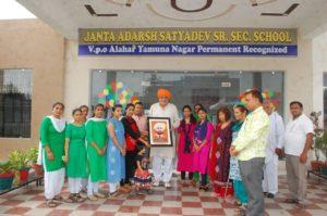 जनता स्कूल अलाहर की ओर से विधायक श्याम सिंह राणा को सम्मानित करते स्टाफ सदस्य।