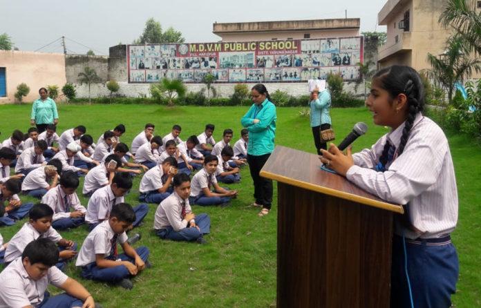 एमडीवीएम पब्लिक स्कूल हाफिजपुर में आयोजित भाषण प्रतियोगिता में प्रस्तुति देती छात्रा।