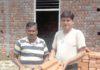 - नपा के शौचालय की छत पर लगाने के लिए लाई गई घटिया टाईले दिखाते शहर के लोग।