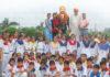 गांव कंाजनू में शहीद उधमसिंह को श्रंद्धाजलि अर्पित करते विधायक श्यामसिंह राणा व स्कूली बच्चे।