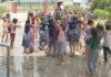 - दून पब्लिक स्कू बुबका में आयोजित रेन डांस पार्टी में भाग लेते बच्चे।
