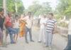रादौर में बलिन्द्र कटारिया गांव भगवानपुर में लोगों को स्वच्छता के बारे में जागरूक करते हुए।