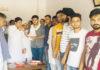 रादौर में नवजीतसिंह को युवा कांग्रेस रादौर का अध्यक्ष बनाने पर लडडू बांटकर खुशियां मनाते कांग्रेसी कार्यकर्ता।