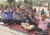 रादौर में बिजली निगम के कर्मचारी रोष प्रदर्शन करते हुए।