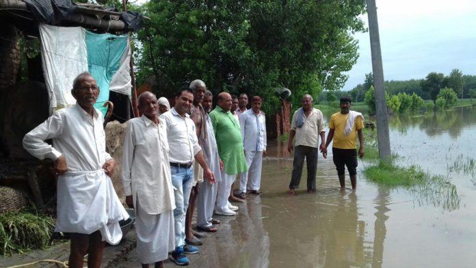 रादौर इनेलो हल्का प्रधान राजकुमार बुबका बाढ प्रभावित गांवों का दौरा कर जायजा लेते हुए।