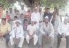 रादौर के गांव कुंजल में ग्रामीणों के साथ आम आदमी पार्टी के कार्यकर्ता।