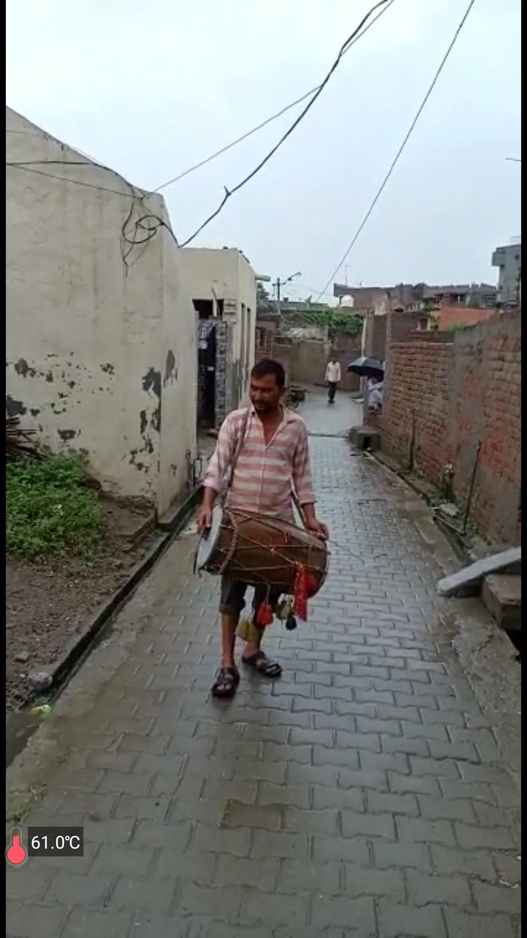 बाढ प्रभावित गांवों में मुनादी करता ग्रामीण।