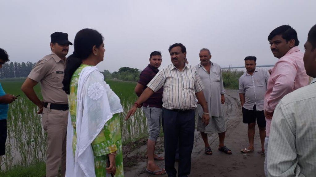 रादौर के गांव गुमथला में बाढ राहत कार्यों का जायजा लेती एसडीएम डॉ पूजा भारती।
