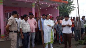 बाढ राहत कार्यों का जायजा लेती एसडीएम डॉ पूजा भारती।