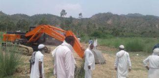 पम्मूवाला में ग्रामीणों के खेतों में खनन पर ग्रामीणों ने विरोध किया