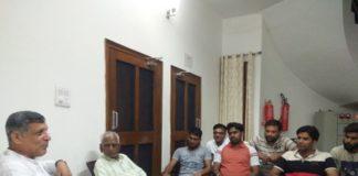 बूथ प्रमुखों के साथ बैठक करते विधानसभा स्पीकर कंवरपाल