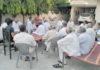 भाईचारा सम्मेलन को कामयाब बनाने के लिए रादौर में बैठक करते स्थानीय लोग।