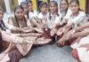 न्यू सरस्वती सीनियर सैकेडरी स्कूल झगुडी में आयोजित मेहदी प्रतियोगिता में भाग लेती छात्राएं।